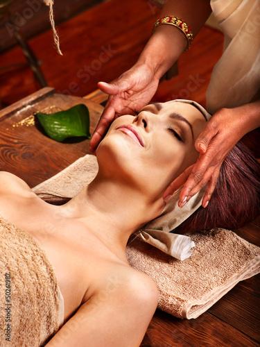 Plissee mit Motiv - Woman having ayurveda spa treatment.