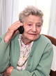vieille dame téléphonant