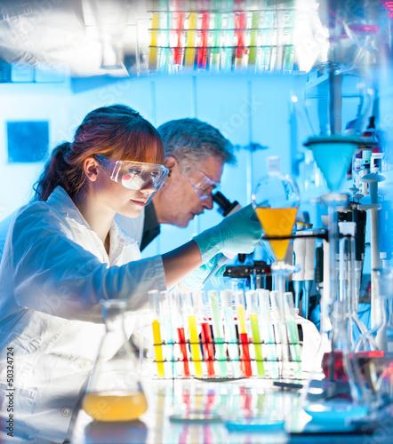 Fotografia  Health care professionals working in laboratory.