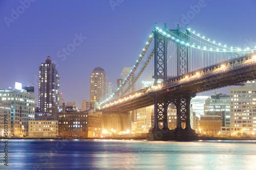 oswietlony-jasnymi-swiatlami-manhattan-bridge