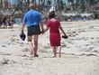 los abuelos jubilados de vacaciones en la playa