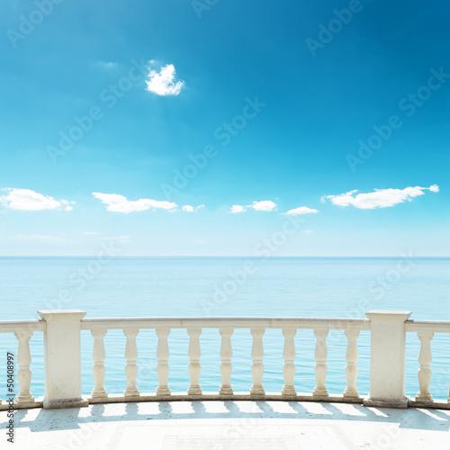 balkon-w-poblizu-morza-pod-blekitnym-niebem