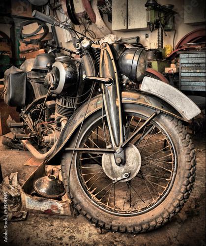 stary-zardzewialy-motocykl-w-garazu