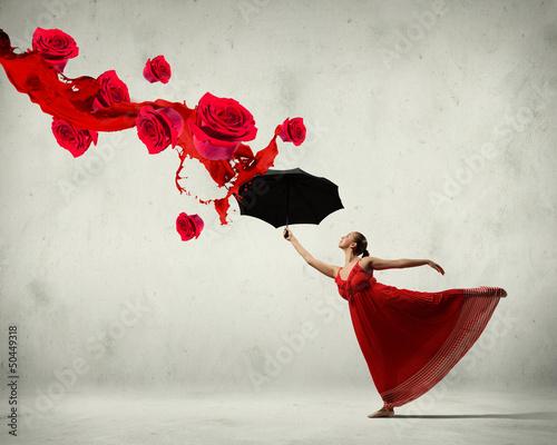 tancerz-w-latajacej-satynowej-sukni-z-parasolem