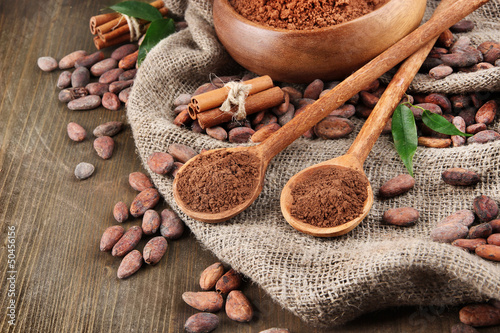 Türaufkleber Gewürze 2 Cocoa powder and cocoa beans on wooden background