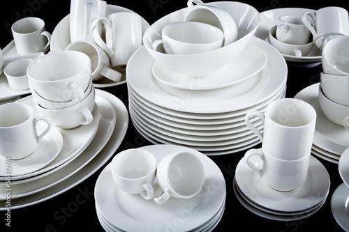 Fotografia  Gemischter Geschirr Stapel mit Tellern Tassen und schalen