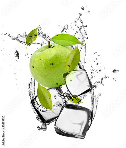 Poster Eclaboussures d eau Green apple with ice cubes, isolated on white background