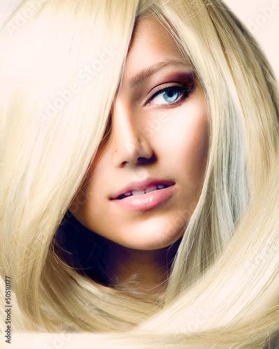 piekna-dziewczyna-z-dlugimi-blond-wlosami