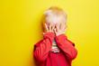 canvas print picture - Kleines Kind hält sich die Augen zu