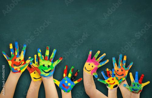 Valokuva  bunte Kinderhände vor Schultafel