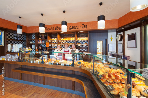 In de dag Bakkerij freundliches verkaufsteam in der bäckerei