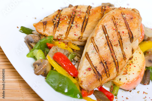 Fotografía  Grilled chicken breast with vegetables