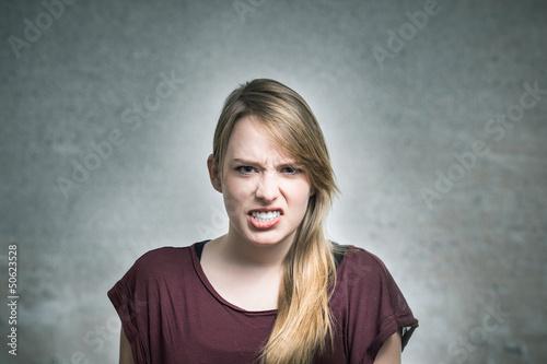 Blondine fletscht die Zähne Canvas-taulu