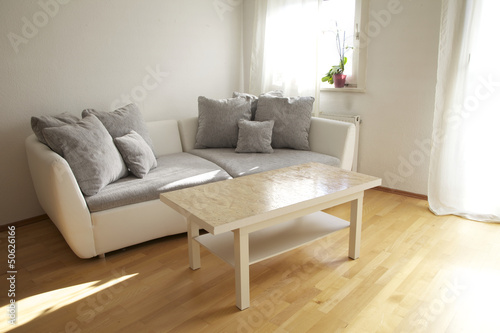 Fototapeta Design Sofa mit Tisch im Wohnzimmer obraz na płótnie