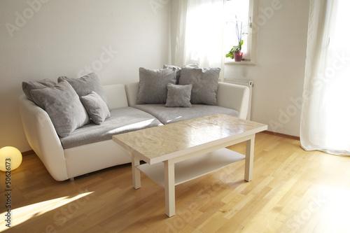 Fototapeta Wohnung mit Sofa und Tisch im Wohnzimmer obraz na płótnie