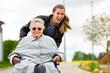 Leinwandbild Motiv Junge Frau besucht Großmutter im Altenheim