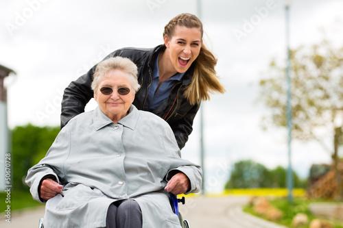 Fotografía  Junge Frau besucht Großmutter im Altenheim