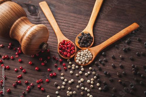 Fotomural  pepper on wooden spoon