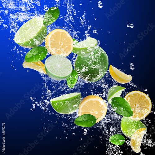 Poster Eclaboussures d eau Limes with lemons in water splash