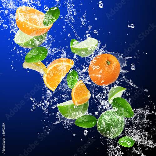 Poster Eclaboussures d eau Tropical fruits in water splash