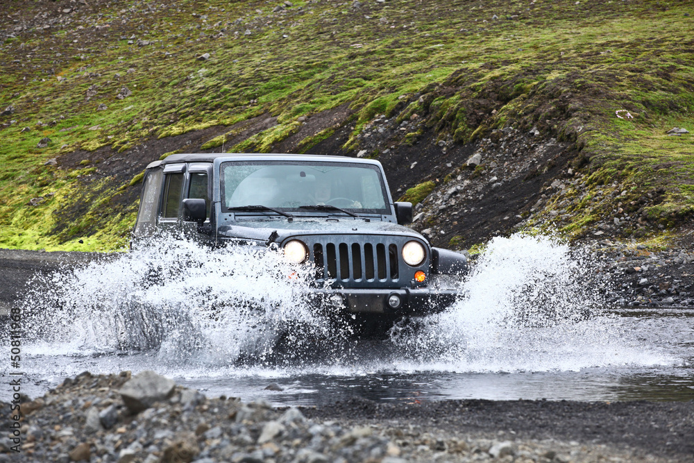 jeep wrangler in the river Foto, Poster, Wandbilder bei EuroPosters