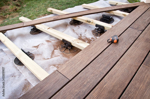 Fototapeta Construction d'une terrasse en bois (bambou) obraz