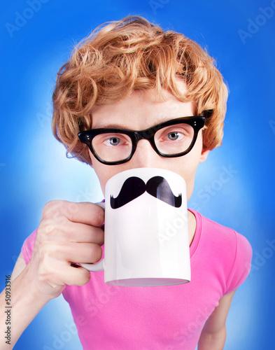 smieszny-nerdy-facet-pije-herbaty