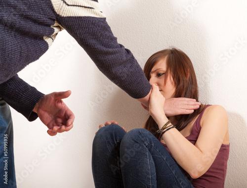 Fényképezés  Der Vater hat die Hand am Hals seiner Tochter