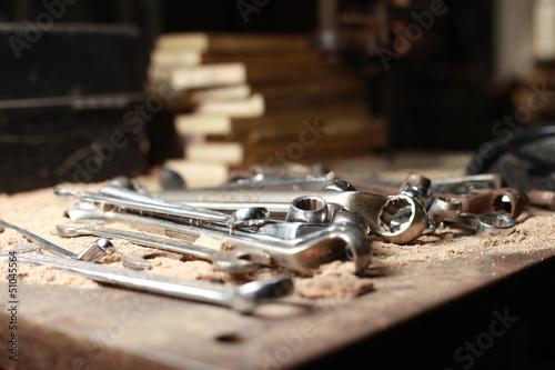 Valokuva  Schraubenschlüssel mit Sägespänen auf Werkbank