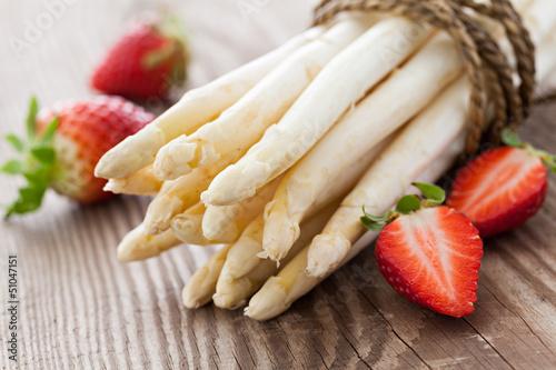 Fotografie, Obraz  weisser Spargel und Erdbeeren
