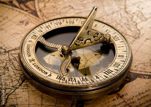 stary-kompas-na-mapie-vintage