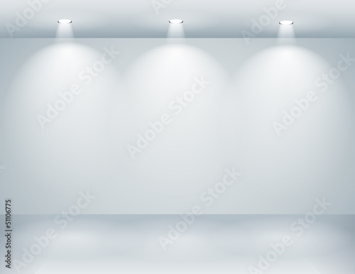 Fotografía  Gallery interior with empty wall and lights