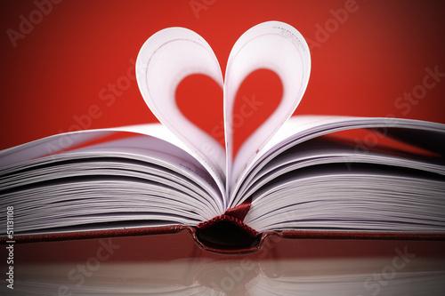 Obraz serce z białych kartek na caerwonym tle - fototapety do salonu