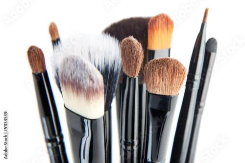 Fotografía  Pinceles de maquillaje sobre un fondo blanco