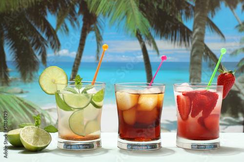 Fotografie, Obraz  cocktails alcolici con frutta su sfondo mare esotico