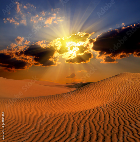dramatyczny krajobraz suset w pustyni