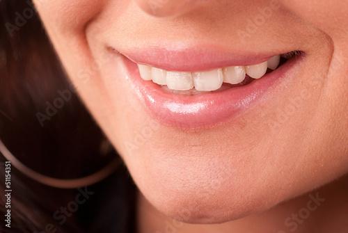 Uroczy uśmiech dziewczyny - widoczne zęby
