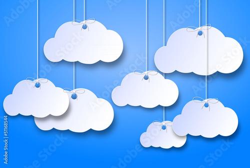 nuvolette di cartone su uno sfondo azzurro cielo