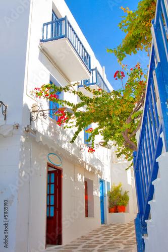 Obraz Grecja, widok wąskiej uliczki w stolicy Mykonos - fototapety do salonu