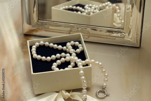 Stampa su Tela Pearl necklace in a gift box in front of a mirror
