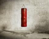 Grungy sala treningowa sztuk walki, czerwona torba bokserska - 51211343