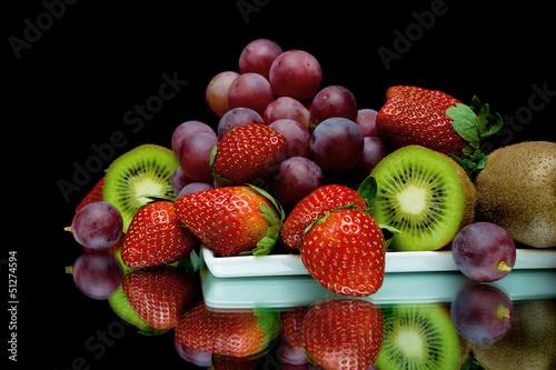 martwa-natura-ze-swiezymi-owocami-na-czarnym-tle