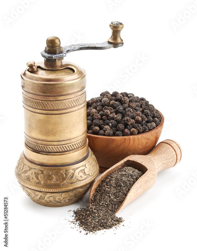 Fotografía  vintage pepper mill and black peppercorn