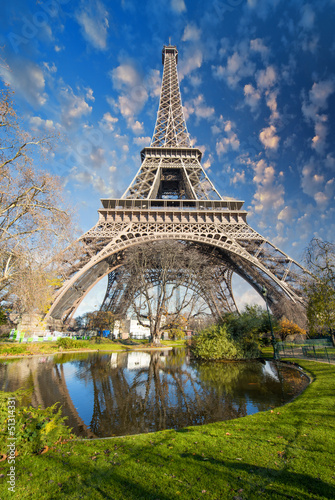 Photo  Paris. Gorgeous wide angle view of Eiffel Tower in winter season