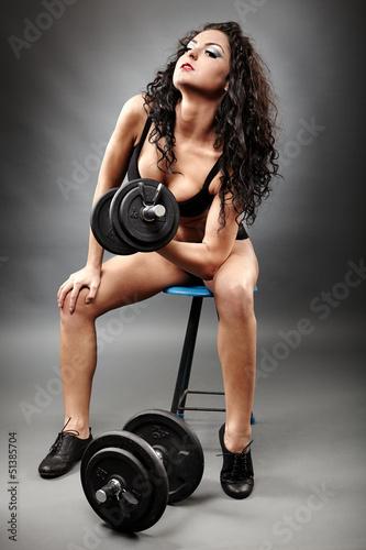 sexy-kobieta-podnoszenia-ciezarow