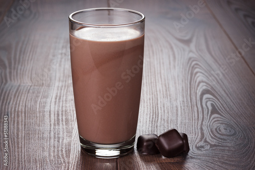 Photo sur Toile Lait, Milk-shake glass of chocolate milkshake