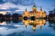 Leinwandbild Motiv Rathaus Hannover nachts mit Spiegelung im Maschteich