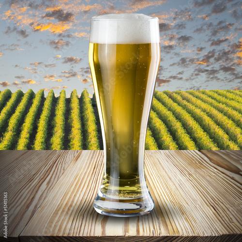 glas-piwo-na-stole-z-winnica-scena