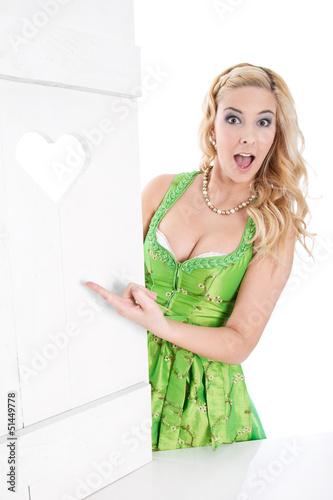 Attraktive sexy bayerische junge Frau macht Werbung Stock