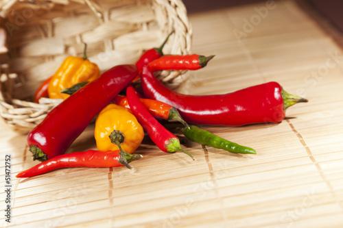 Staande foto Hot chili peppers Verschiedene Chliischoten und Peperoni